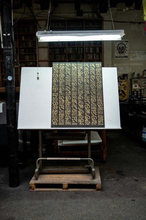 the-divine-letter-gold-edition-cryptik-print-them-all-lithograph-calligraffiti-style-art-paris