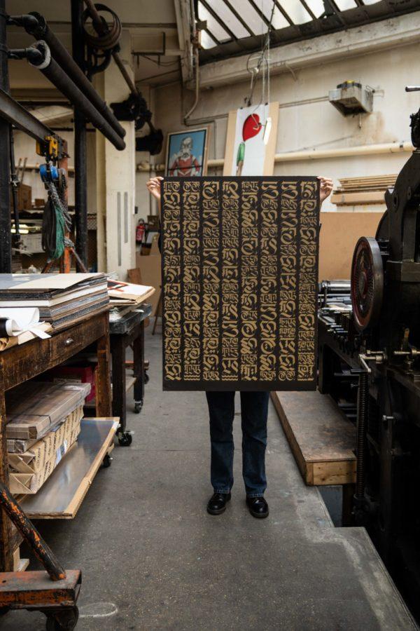 the-divine-letter-gold-edition-cryptik-print-them-all-lithograph-presentation-artprint-paris-publishing-house