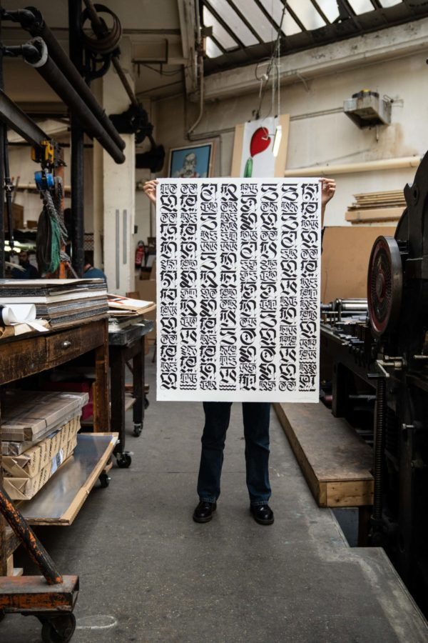 the-divine-letter-white-edition-cryptik-print-them-all-lithograph-presentation-contemporary-art-paris